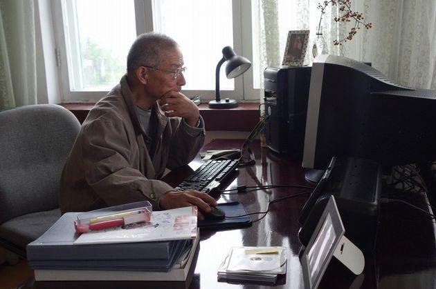 パソコンを使う若林容疑者