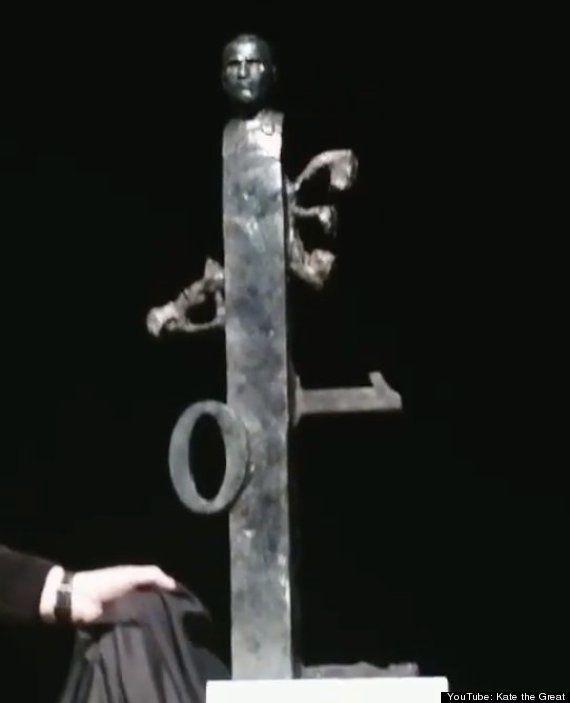 アップル本社に飾られる「ジョブズ氏の残念な彫刻」