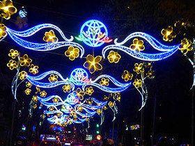 電飾輝くホーチミン市、電気は湯水のように