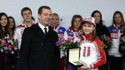 リプニツカヤ選手らにメルセデスの新車をプレゼント