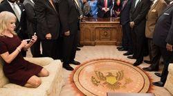大統領執務室で超リラックスした様子のケリーアン・コンウェイ氏 案の定、雑コラ大会に