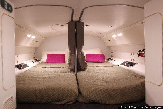 キャビンアテンダントは、フライト中こんなところで寝ているらしい(画像)