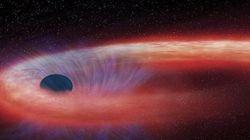 10年もの間星を飲み込み続ける巨大ブラックホール「普通でないものが吸い込まれている」