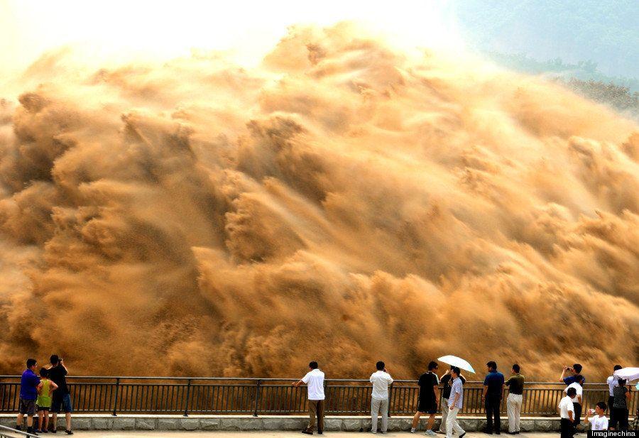 黄河の大放水。信じられない光景!(写真)