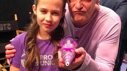 左腕のない11歳の女の子は、ラメを噴射する「ヒーロー義手」をデザインした。