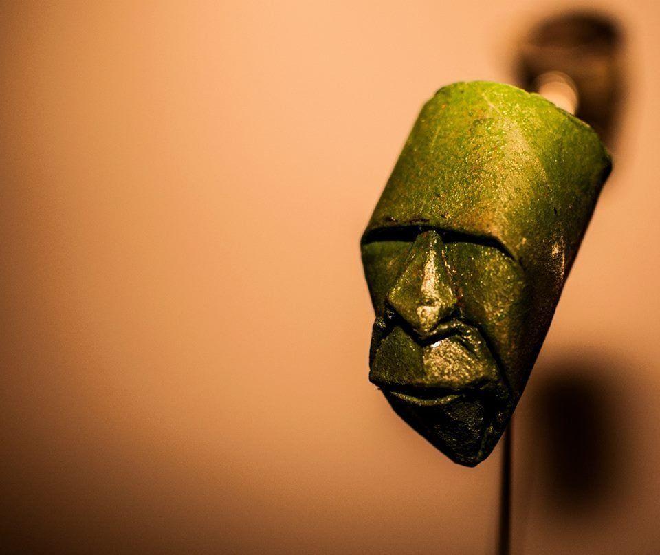 紙彫刻のフランス人芸術家は、トイレットペーパーの芯で人間の顔を作る(画像)