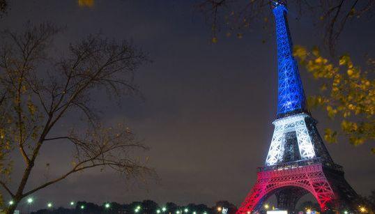 エッフェル塔が営業再開 フランス国旗に染まる「パリの美しさを誇りに思う」(画像集)