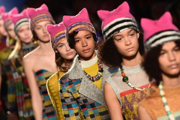 ジジ・ハディッドら、ミッソーニのミラノコレクションで反トランプ帽子「ファッション業界は恐れない」