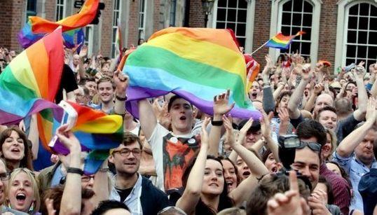 アイルランド、同性婚の合法化に「YES!」