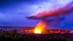 噴火するキラウエア火山を稲妻が一閃 この世の物とは思えない光景に