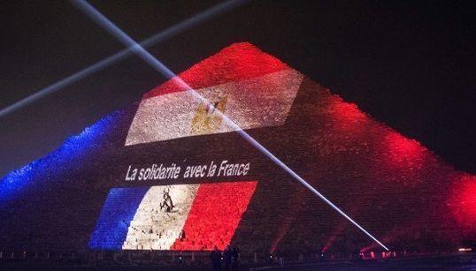 ピラミッドがフランス国旗カラーに 同時多発テロを悼むライトアップ(画像集)