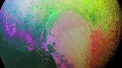 NASA探査機のカラフルな写真、冥王星のサイケデリックな一面を見せる