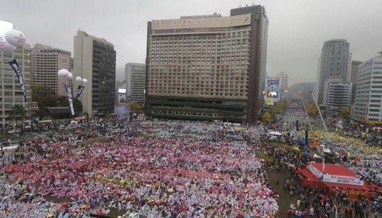 韓国で10万人規模の反政権デモ 警察の高圧放水で参加者が重体(動画・画像)