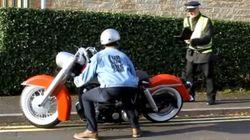 バイクの原寸大プラモデルを道端に駐車させてみた(動画)