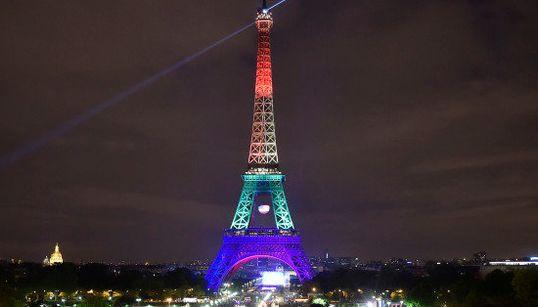 【フロリダ銃乱射】エッフェル塔がレインボーカラーに。パリ市長「オーランドに寄り添う」