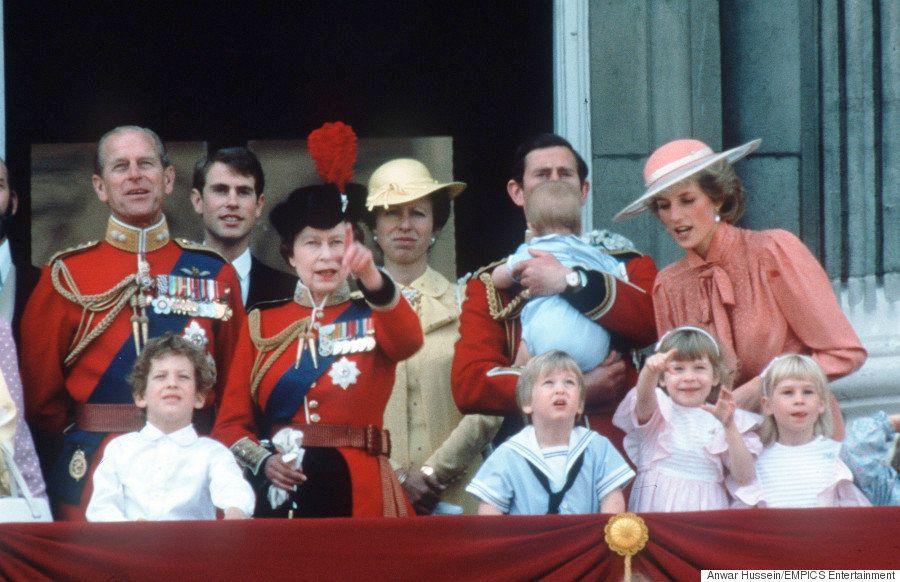 エリザベス女王の誕生会、シャーロット王女も祝う。31年前にそっくりな光景が...