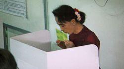 アウンサンスーチーさん、投票用紙にキス ミャンマー総選挙の焦点は?