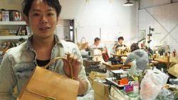 捨てられる運命の床材をバッグに、廃棄物問題を提起する元ミュージシャン