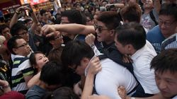 デモ隊に対する同情と、自分の懐が痛む懸念。引き裂かれる香港市民の心