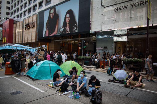 【傘の革命】デモ隊に対する同情と、自分の懐が痛む懸念。引き裂かれる香港市民の心