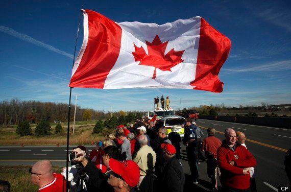 【カナダ銃乱射】ハイウェイ・オブ・ヒーローズ。犠牲となった伍長の帰還をカナダ国民が見守った