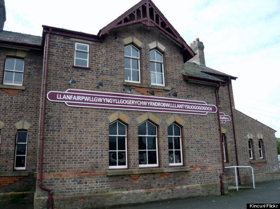 世界一長い名前の村「Llanfairpwllgwyngyllgogerychwyrndrobwllllantysiliogogogoch」はい、読める人?