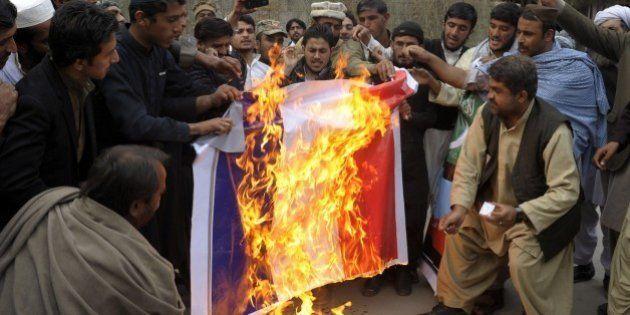 「シャルリー・エブド」の漫画家を「すぐ絞首刑に」パキスタンでデモが暴徒化