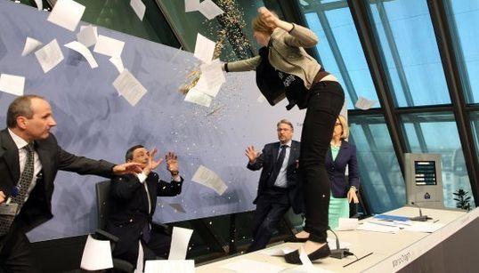 「独裁終わらせろ」紙吹雪で抗議 ECB総裁会見に女性乱入