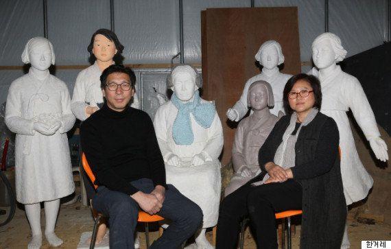 1月12日、京畿道高陽市のスタジオでキム・ウンソン(左)、キム・ソギョン(右)夫妻が、これまで制作した「平和の少女像」6種類と一緒に座っている。後列左の慶尚南道・南海に建てられた少女像は、貝を掘っていたら日本軍に連行され、日本軍の慰安婦にされたパク・スクさんを形象化した。その隣の慶尚南道・巨済に設置された少女像は、椅子から立ち上がり、手の上に鳥を抱いている。元慰安婦であることを最初に公表した金学順さんの像が中央にあり、その右上は、高校生と一緒に製作した平和の少女像、その下は、ソウル日本大使館の前に設置された平和の少女像、そしてソウルの梨花女子大に設置された少女像。