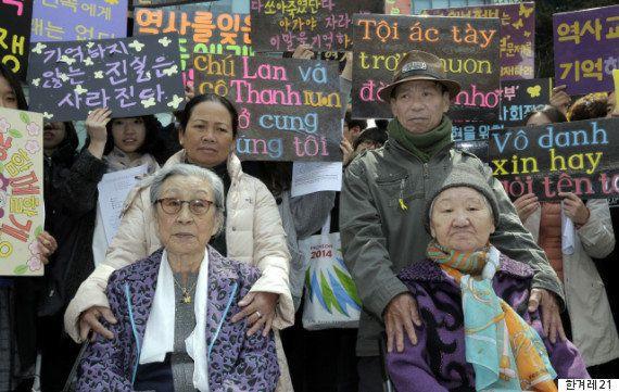 ベトナム当時、韓国軍の民間人虐殺の生存者、グエン・チ・タンさん(後列左)とグエン・トン・ロンさん(後列右)が、ソウルの日本大使館前で開かれた韓国挺身隊問題対策協議会の「水曜集会」に参加し、日本軍の元慰安婦キム・ポクトンさん(左)とキル・ウォノクさんと一緒に立っている。