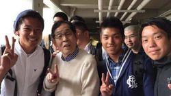 欽ちゃん、駒沢大学に登校 学生に囲まれ「ピース」【画像】