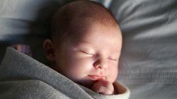 フランスの子供が新生児から1人で寝る理由 出生率2.01の裏に「重圧なく育児できる」環境