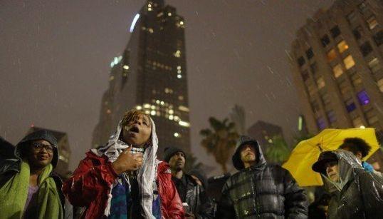 「黒人の命だって大切だ」警官に射殺されたホームレスを悼む人々(画像)
