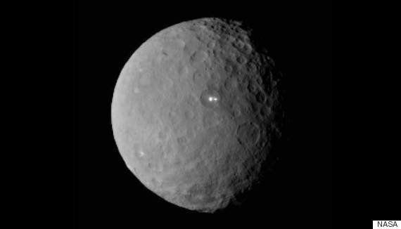 準惑星ケレスに謎の白い点 NASAも困惑(画像)