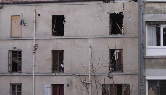 パリ北部サンド二で銃撃戦 建物倒壊の危険も【画像集】