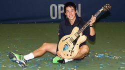 錦織圭、ギターのトロフィーで笑顔 メンフィス・オープン3連覇(画像)