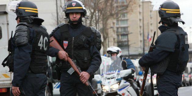 フランスで覆面の武装集団が警察に発砲 マルセイユ