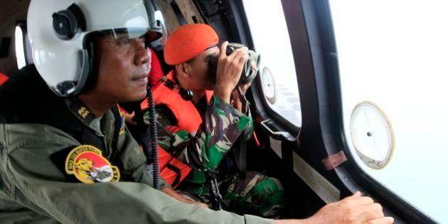 エアアジア機墜落、30遺体を収容 悪天候で機体の捜索難航