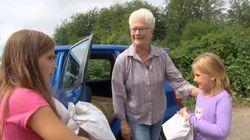 73歳のおばあちゃん、貧しい子供たちにランチを届ける。自ら車を運転して。