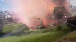 コロンビアの花火工場で爆発 カメラマンが吹き飛ばされる衝撃映像