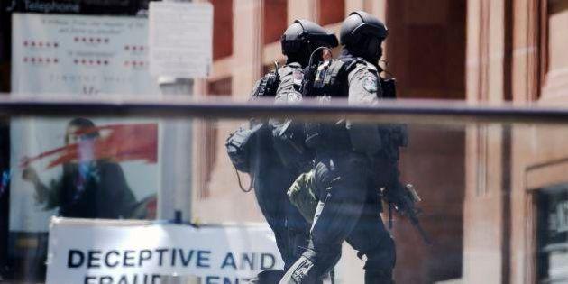 シドニーのカフェで人質事件 窓にアラビア語の「黒い旗」
