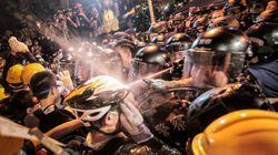 香港デモ、民主派が政府庁舎を包囲「抗議活動をエスカレートさせる」 警官隊と大規模衝突