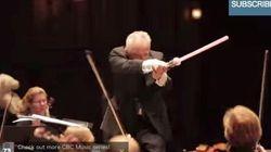 「スター・ウォーズ」の演奏中、指揮者が突然ライトセーバーで......【動画】