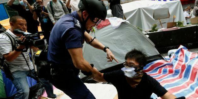 香港デモ、警察が強制排除 学生団体のリーダー2人も逮捕