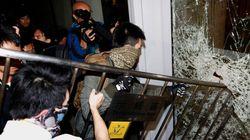 香港、デモ隊の一部が議会に侵入