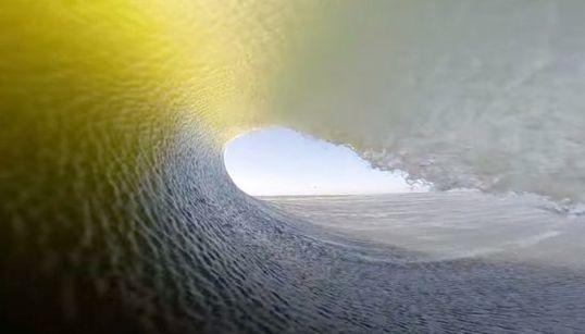 18歳サーファーが捉えた「過去最高」の波は、見るもの全てを海のトンネルへいざなう【動画】