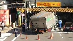 秋葉原駅前の高架橋下でトラック事故 車高制限に引っかかる【画像】
