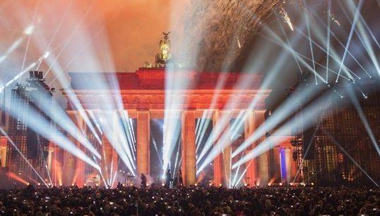 ベルリンの壁崩壊から25年 街が赤く、そして青く染まった日【画像】