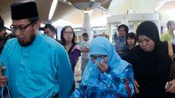 【マレーシア航空機墜落】情報乏しく、乗客の親族は怒りあらわ