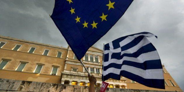 ギリシャ世論調査、緊縮策受け入れ賛成44.8%・反対43.4%